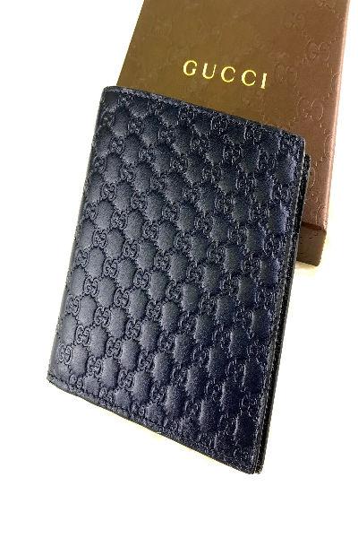 GUCCIの定番GGロゴレザーのメンズ用二つ折り財布400×600
