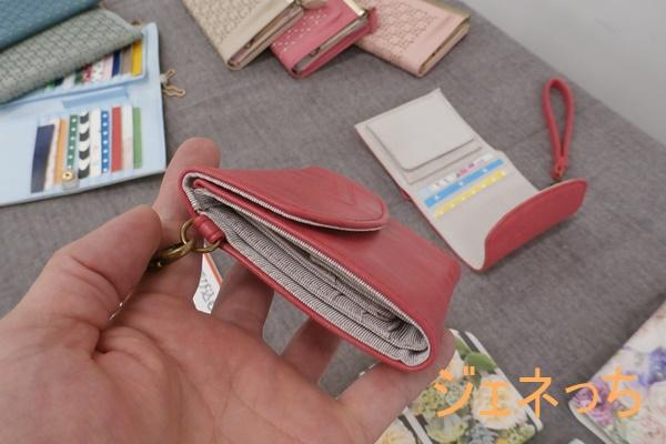 幸運呼び込むラッキーピンクのスリムミニ財布の横から見るとこんな