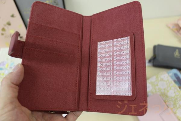 多機種対応コインケース付きスマートフォンケース開くと、カードも入れるポケットある